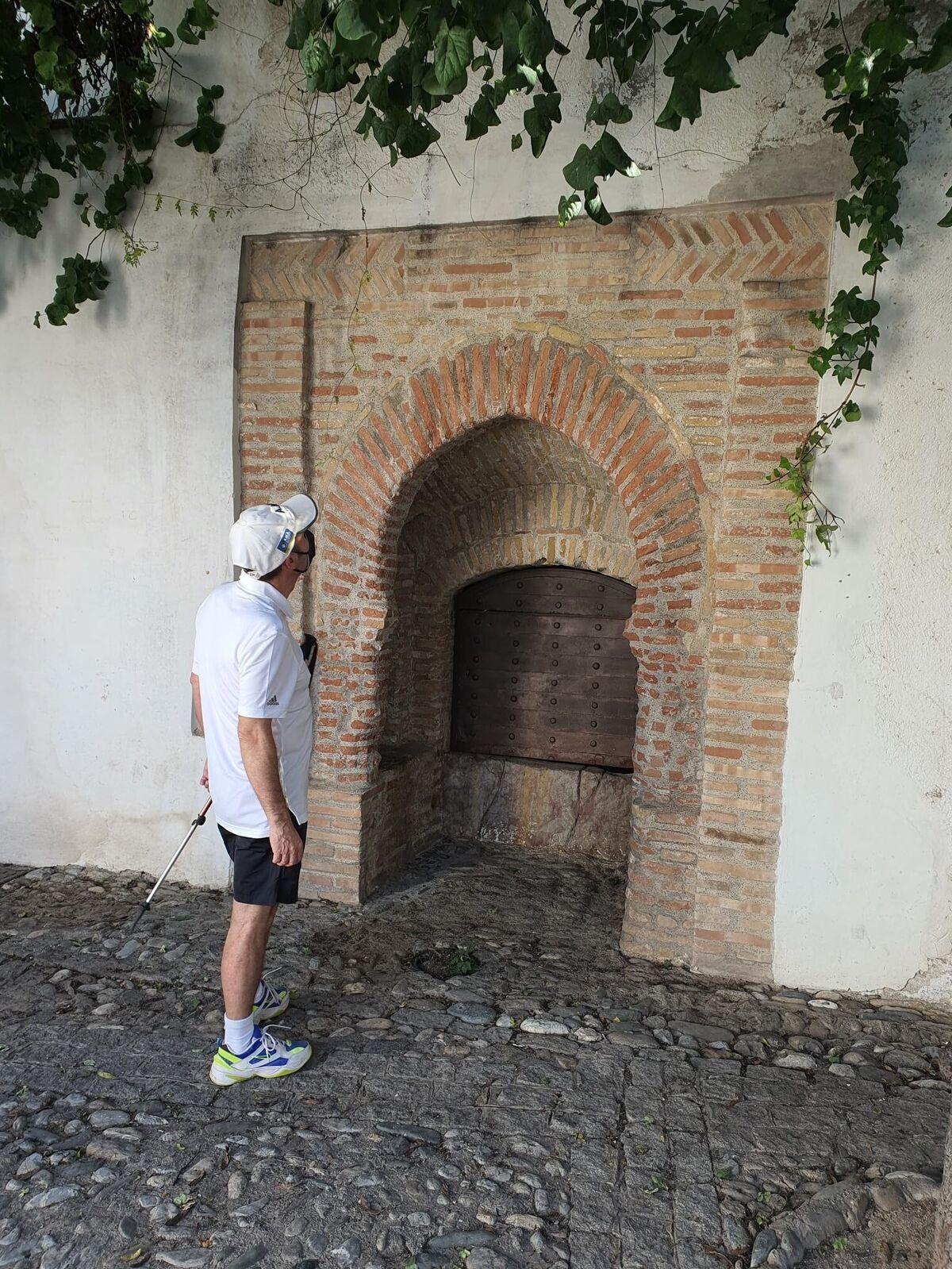 Un caminante observa el aljibe de La Vieja.