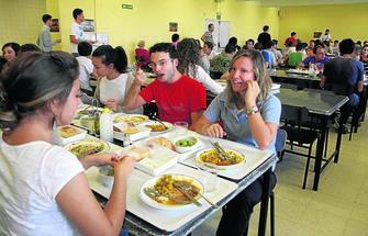 Los comedores de la UGR venden un millar de menús menos al día